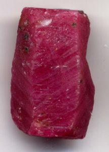 Необработанный кристалл рубина, длина около 2 см